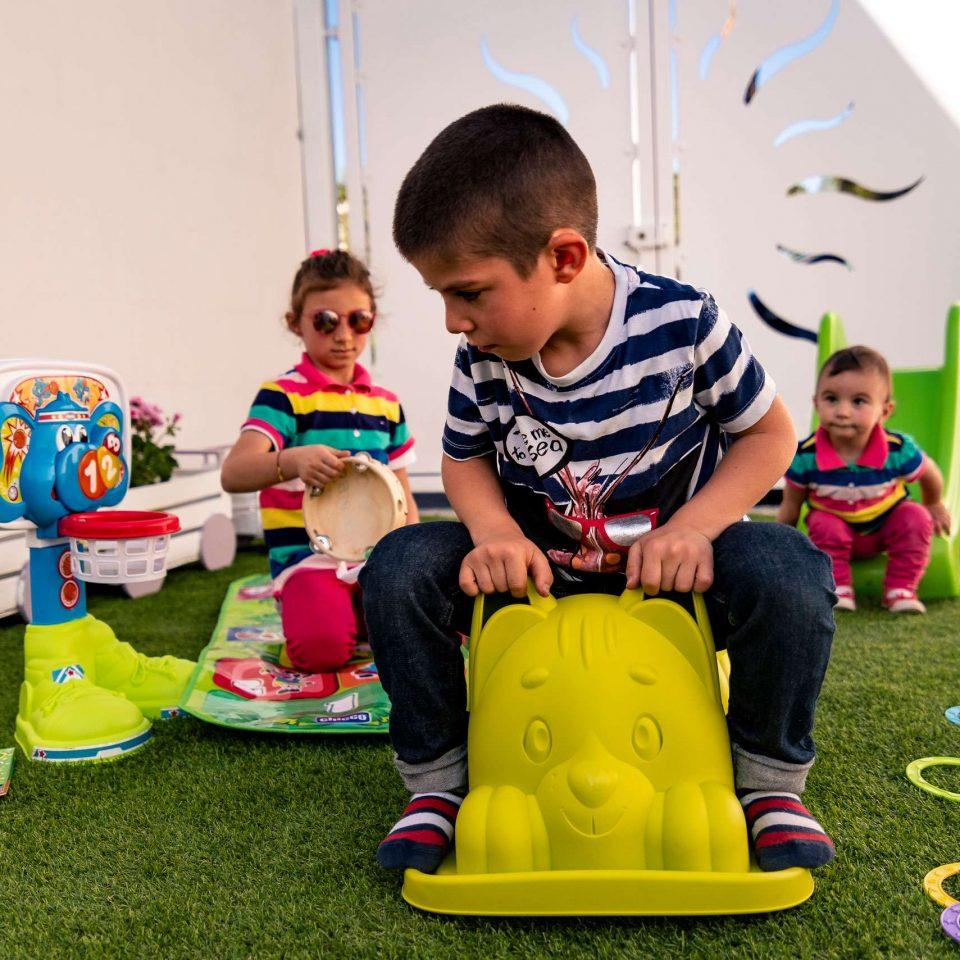Children are playing in the private garden of the family friendly B&B Casa di Anita | Salento