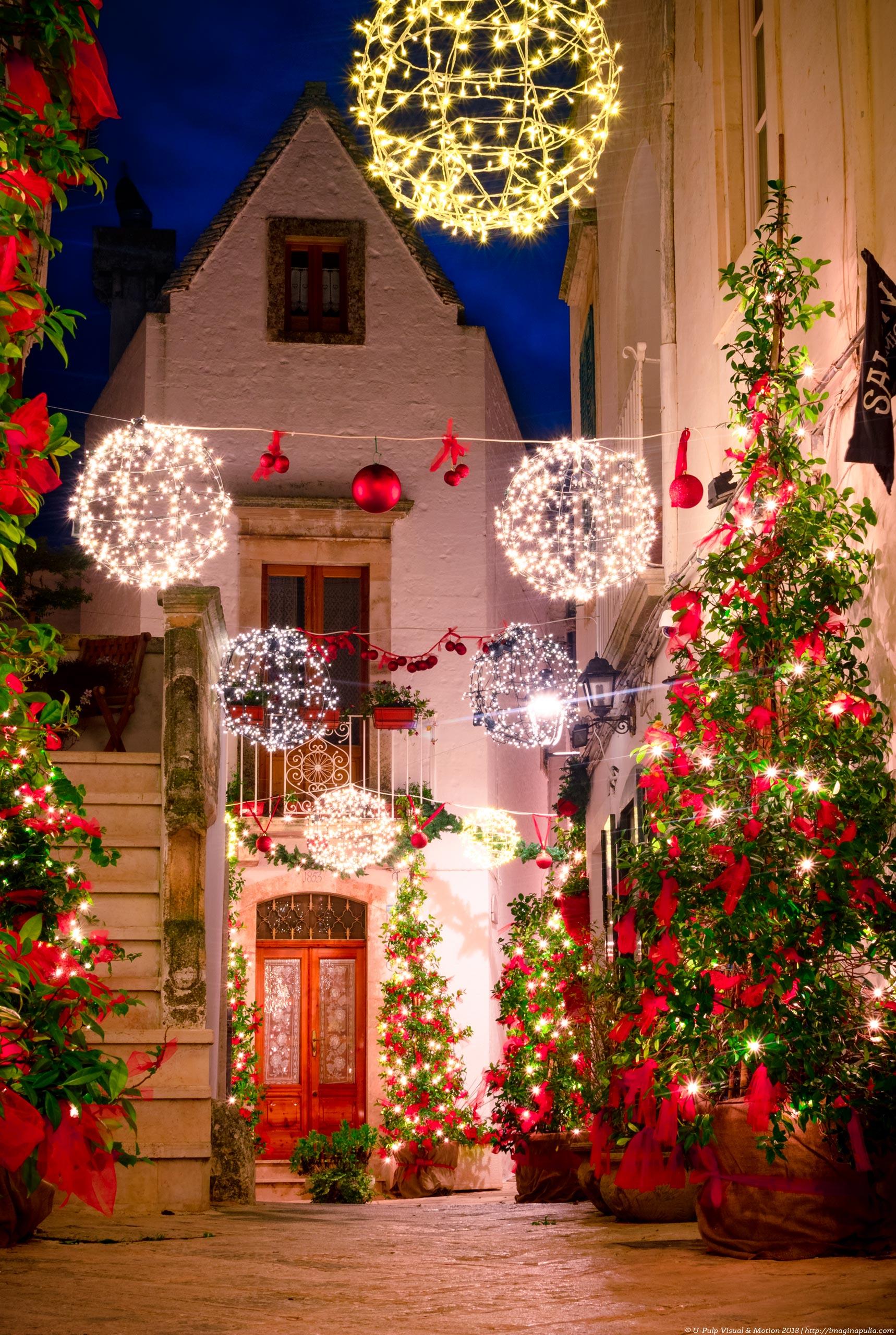 Christmas in Puglia, a narrow street of Locorotondo